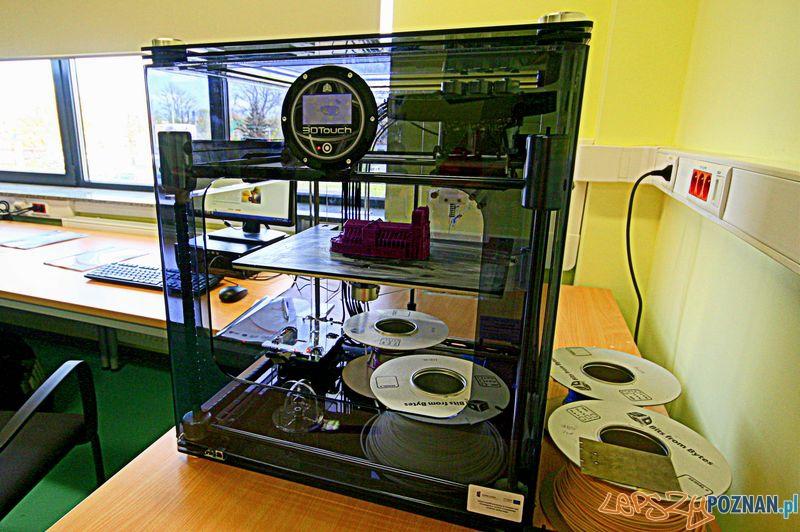 Drukarka 3D na laboratoriach na Politechnice Poznańskiej. Źródło: b.lepszypoznan.pl