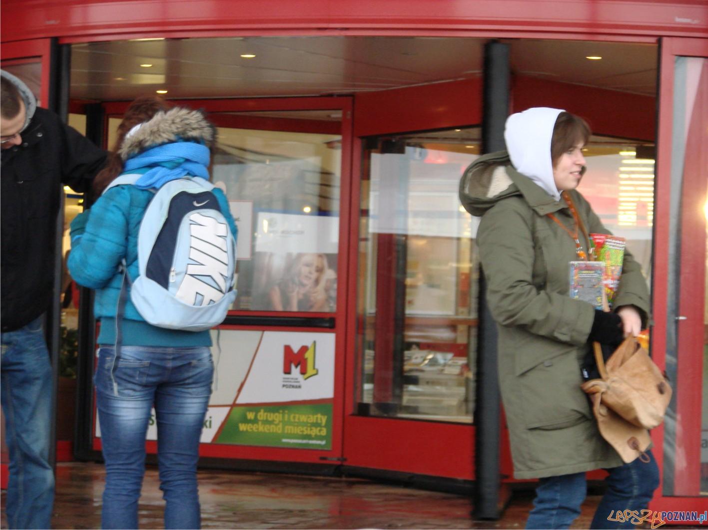 wolontariuszki przed M1  Foto: