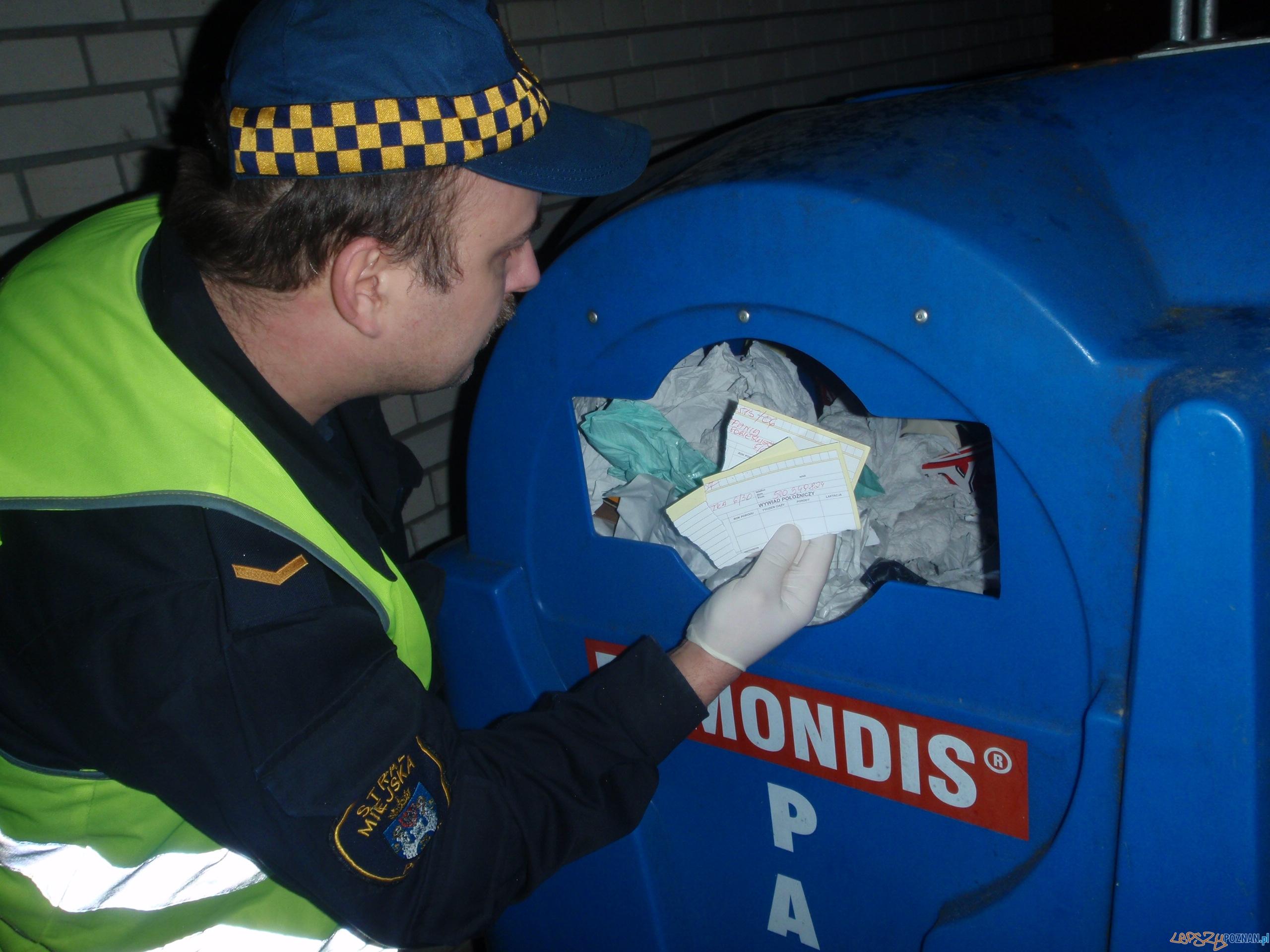 Dokumenty na śmietniku (Piątkowo)  Foto: Straż Miejska
