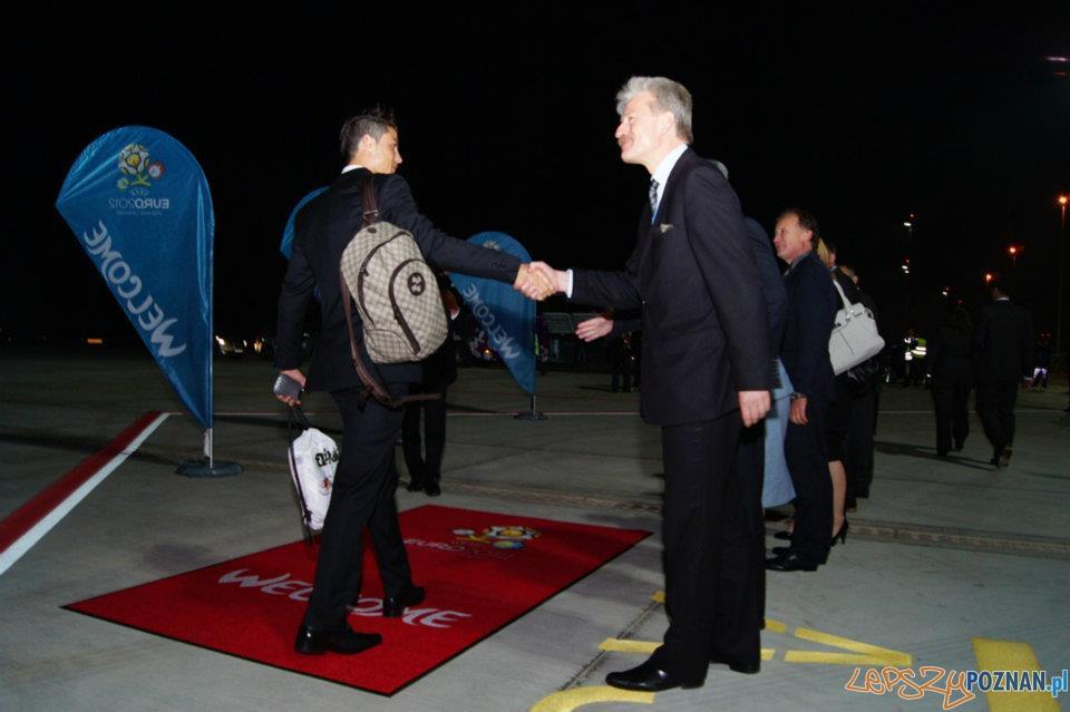 Powitanie reprezentacji Portugalii, która jako pierwsza wylądowała w Poznaniu  Foto: Port Lotniczy Ławica