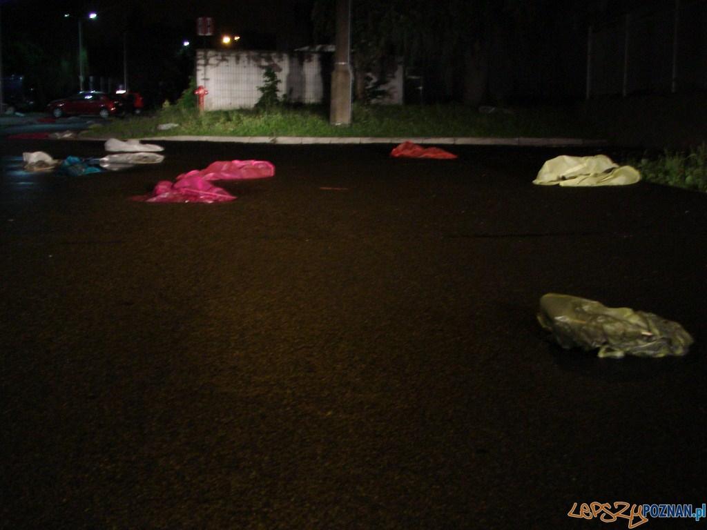 Nie poleciały zbyt daleko - setki lampionów spadły na terenie kampusu Politechniki  Foto: lepszyPOZNAN.pl / ag