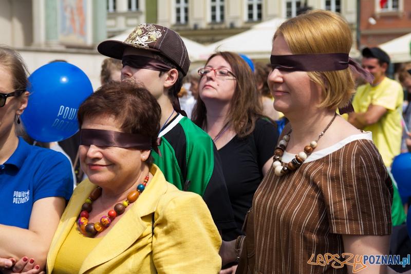 """""""Idź, aby dojrzeć"""" wspólny marsz osób widzących, niewidomych i niedowidzących  Foto: lepszyPOZNAN.pl / Piotr Rychter"""