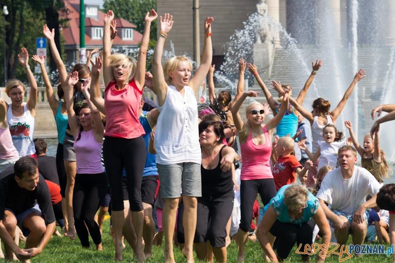 Zajęcia jogi w parku przed operą  Foto: lepszyPOZNAN.pl / Piotr Rychter