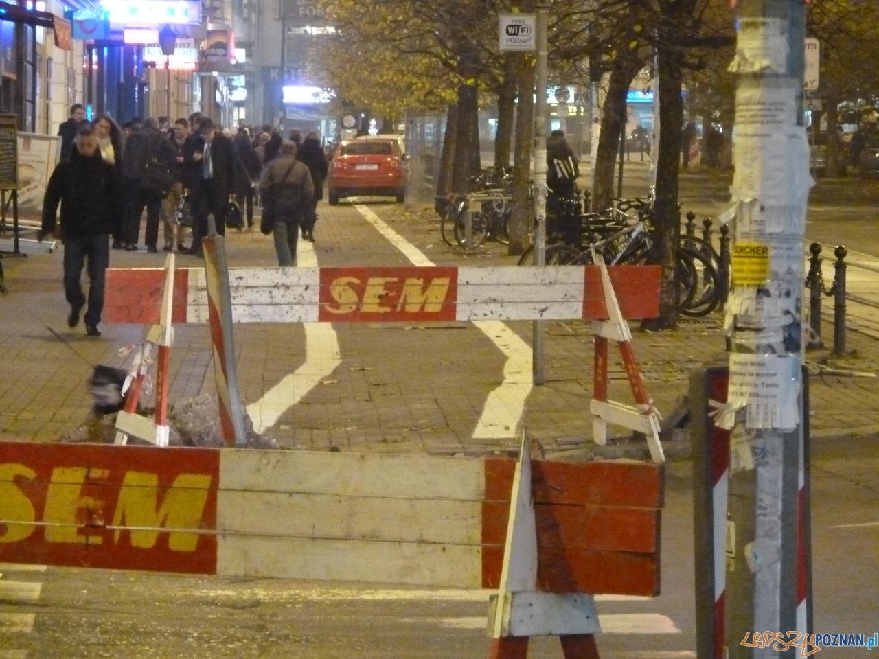 Wyznaczanie pasu rowerowego w strefie 30  Foto: Maciej K.