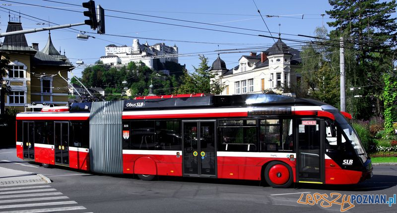 Solaris Trollino 18 MetroStyle w barwach Salzburger Lokalbahnen na tle Twierdzy Hohensalzburg  Foto: Archiwum Cegelec.