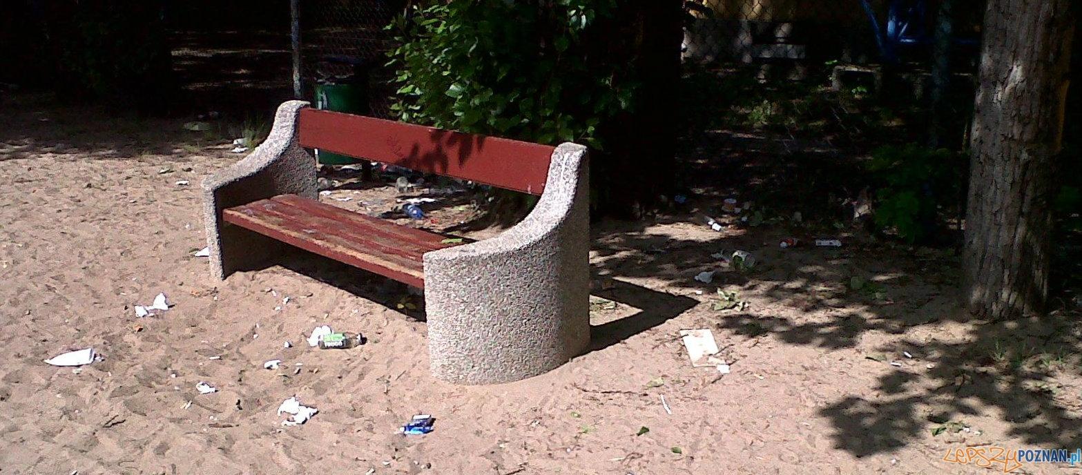 Śmieci na placach zabaw  Foto: Klaudia Książek