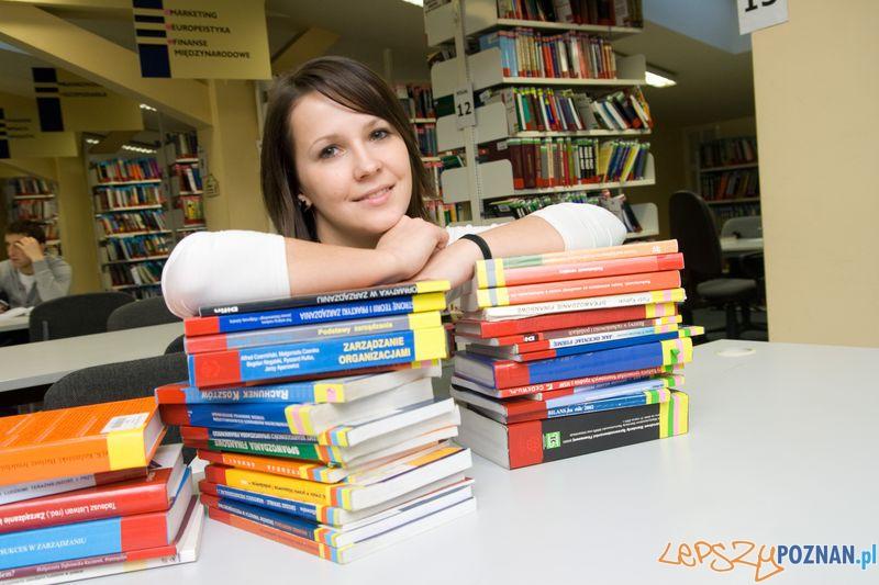 Studentka WSB w Bibliotece  Foto: