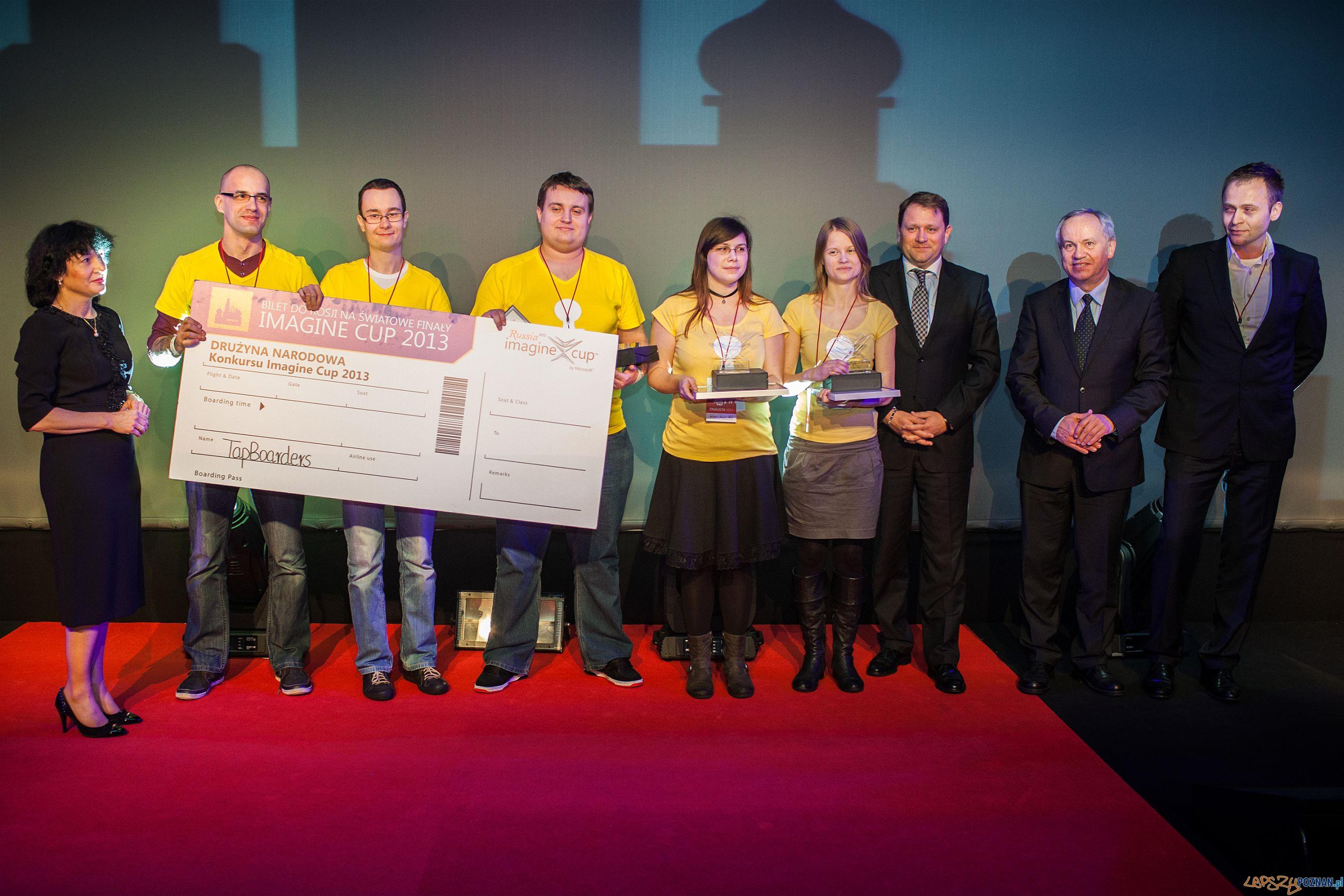 Imagine Cup 2013 zespół apBoarders w żółtych koszulkach:  zespół TapBoarders, Minister Dariusz Bogdan, Tadeusz Golonka   Foto: materiały prasowe