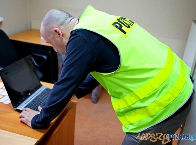 Policjant przy skradzionym laptopie  Foto: KM Policji w Poznaniu