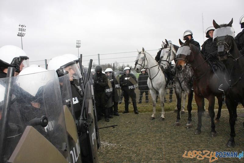Policyjne manewry na Stadionie 2  Foto: materiały policji