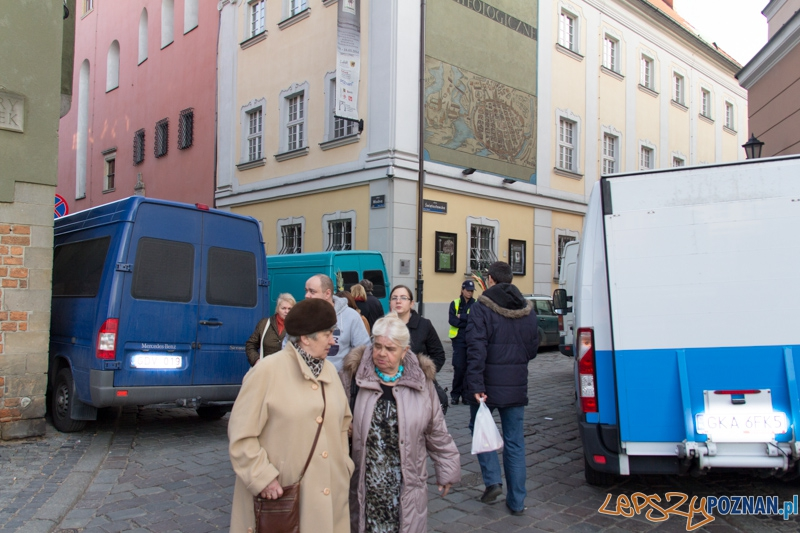 Auta, które nie powinny parkować na Starym Rynku  Foto: lepszyPOZNAN.pl / Piotr Rychter