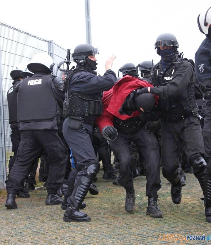 Policyjne manewry na Stadionie  Foto: materiały policji