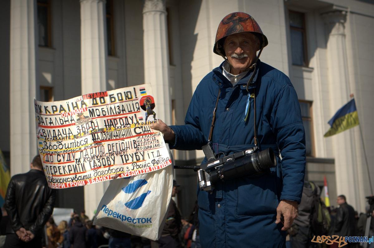 """W pierwszy momencie myślałem, że ten starszy pan ma karabin przewieszony przez szyję, ale to przecież stary radziecki aparaty typu """"snajper"""". Wymowne!   Foto:"""