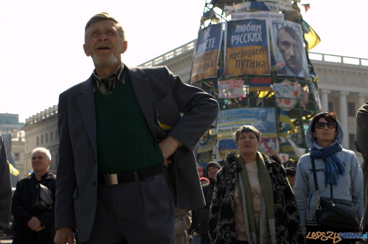 Scena Majdanu to też punkt zbiorczy, gdzie można na telebimach obejrzeć ważne przemówienia i orędzia. Tutaj Kijowianie wysłuchujący przemówienia premiera Jaceniuka w miesiąc od objęcia przez niego stanowiska premiera Ukrainy.   Foto: lepszyPOZNAN.pl / Mathias Mezler