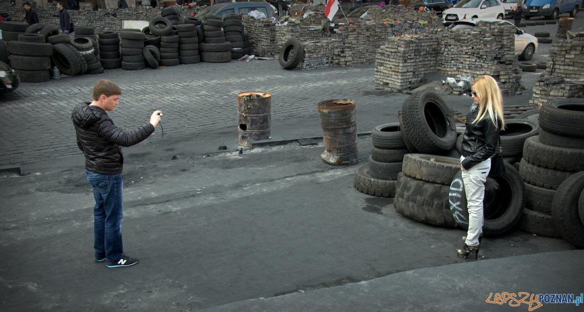 Słitfocie pięknych Ukrainek na tle barykad i spalonych opon to już rewolucyjna codzienność.   Foto: