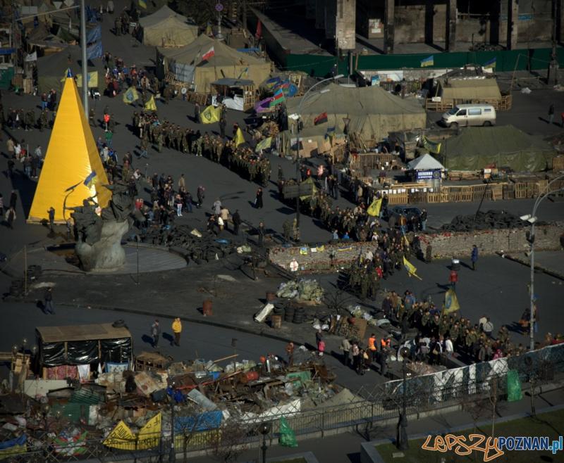 Sotnie i bojówki są świetnie zorganizowane i zdyscyplinowane. Tutaj przemarsz pod Radę Najwyższą Ukrainy po porannej mszy przy scenie Majdanu.  Foto: lepszyPOZNAN.pl / Mathias Mezler