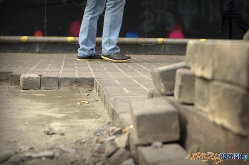 Jednym z materiałów używanych do budowania barykad była kostka brukowa z okolicznych chodników, dlatego bardzo ważne, żeby mieć się cały czas na baczności i patrzeć pod nogi. Ja sam omal pierwszego dnia wpadłem do odkrytej studzienki.   Foto: lepszyPOZNAN.pl / Mathias Mezler