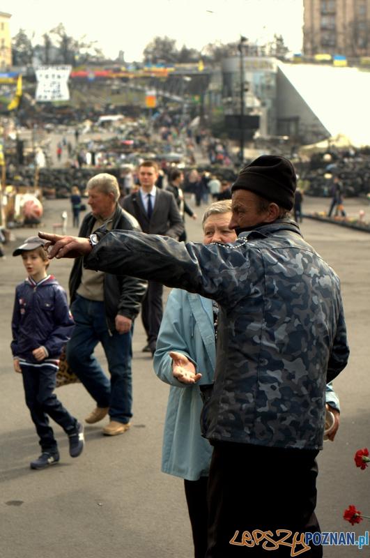Majdańczycy są bardzo pomocni w udzielaniu informacji osobom postronnym. Często przyjeżdżają tutaj ludzie poszukujący swoich bliskich, którzy zaginęli na Majdanie podczas walk.  Foto: lepszyPOZNAN.pl / Mathias Mezler