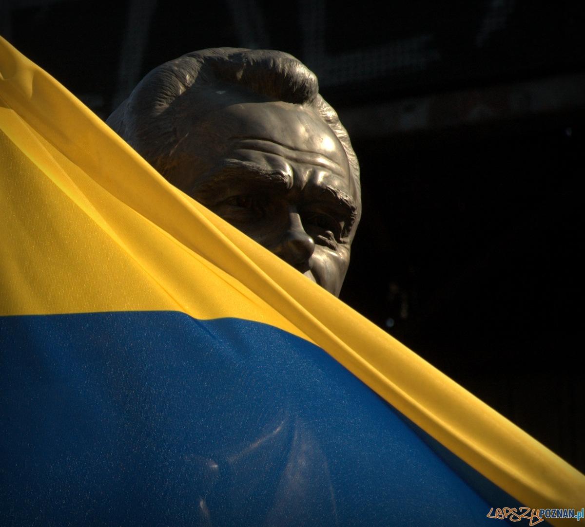 Walery Łobanowski – zasłużony piłkarz oraz trenera związany przez lata z Dynamem Kijów. Jego pomnik stojący przed bramą stadionu tuż obok barykady był świadkiem krwawych starć z Berkutem. Ktoś – nie wiem czy omyłko czy specjalnie – wetknął w jego ręce odwróconą flagę. Na jego oczach Ukraina wywróciła się do góry nogami.   Foto: lepszyPOZNAN.pl / Mathias Mezler