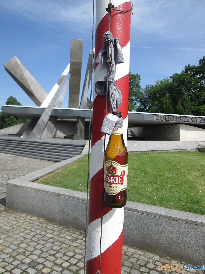 Bałagan przy pomniku Armii Poznań (3)  Foto: czytelnik