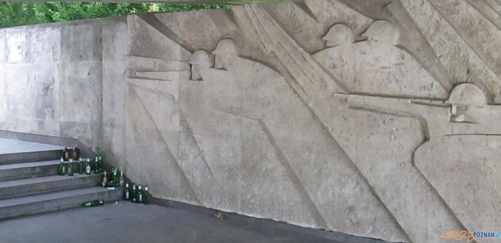Bałagan przy pomniku Armii Poznań (2)  Foto: czytelnik