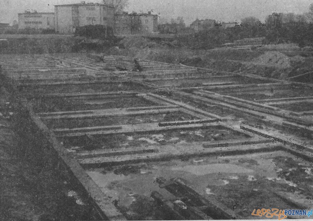 Fundamenty pod pierwszy budynek osiedla na Ratajach 1966  Foto: KMP 1/1969