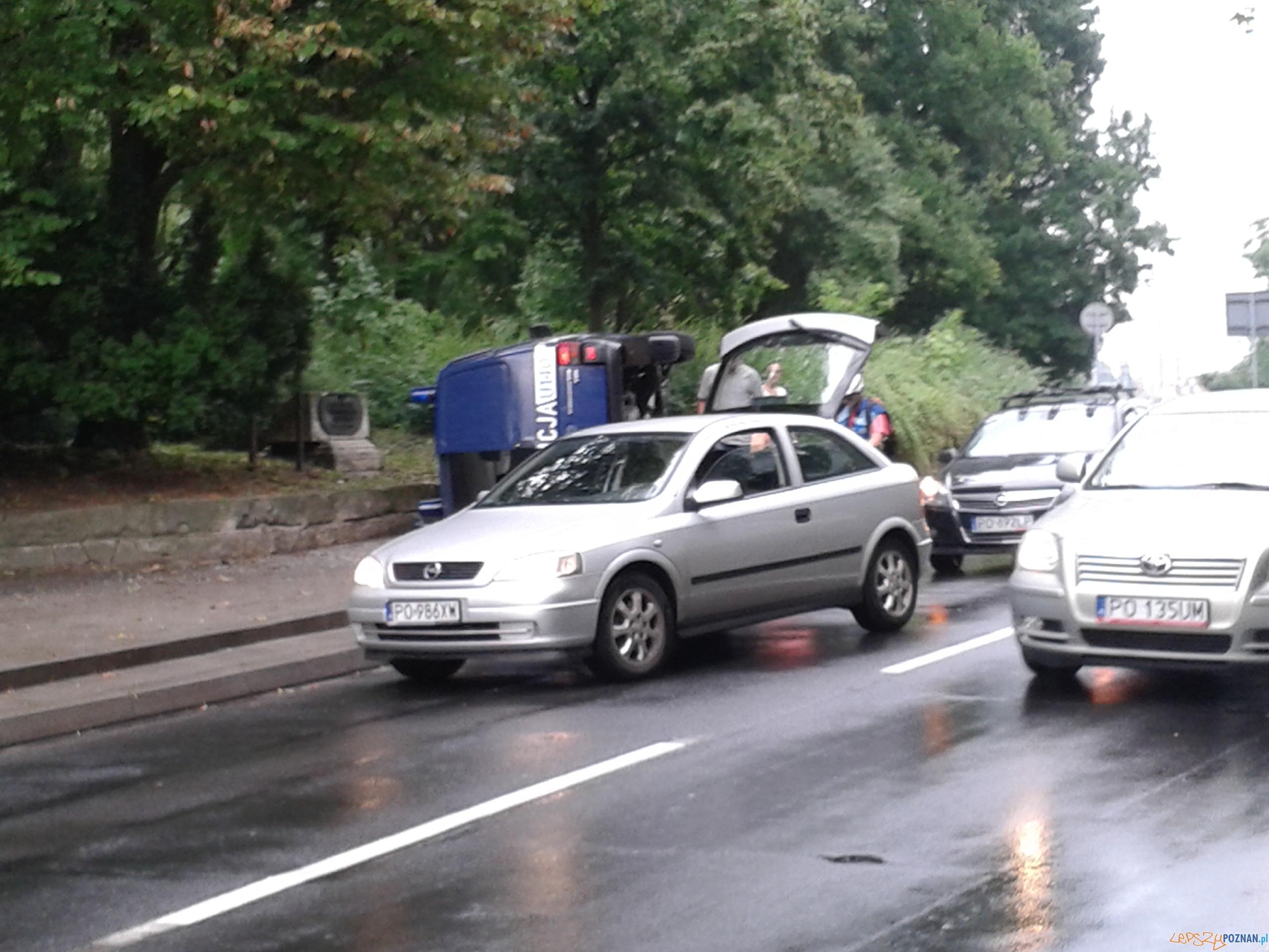 Dachował policyjny radiowóz  Foto: news@lepszypoznan.pl