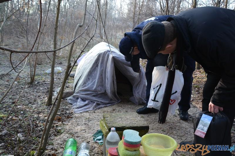 Policjanci w trosce o bezdomnych   Foto: KMP