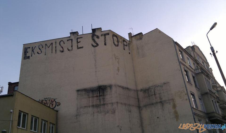 """Eksmisje Stop - napis na kamienicy przy Piaskowej """"wyczyszczonej"""" przez spółkę związana z NeoBankiem  Foto:"""