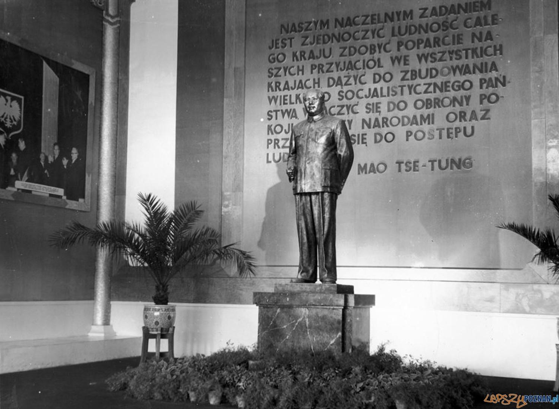 Pomnik Mao Tse-Tunga na MTP (1956)  Foto: Archiwum MTP