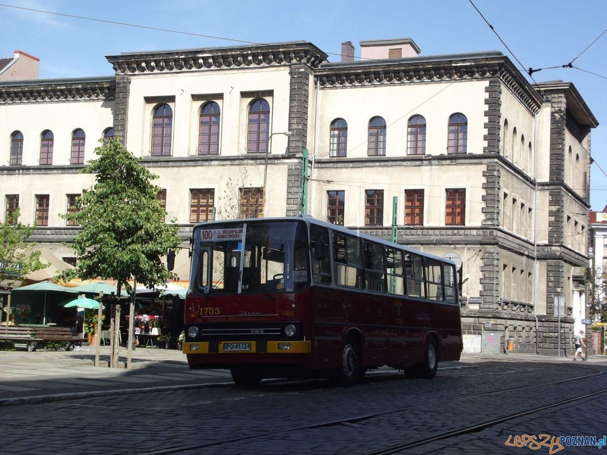 Zabytkowy Ikarus na Placu Wielkopolskim  Foto: Maciej Wojciechowski / KMPS