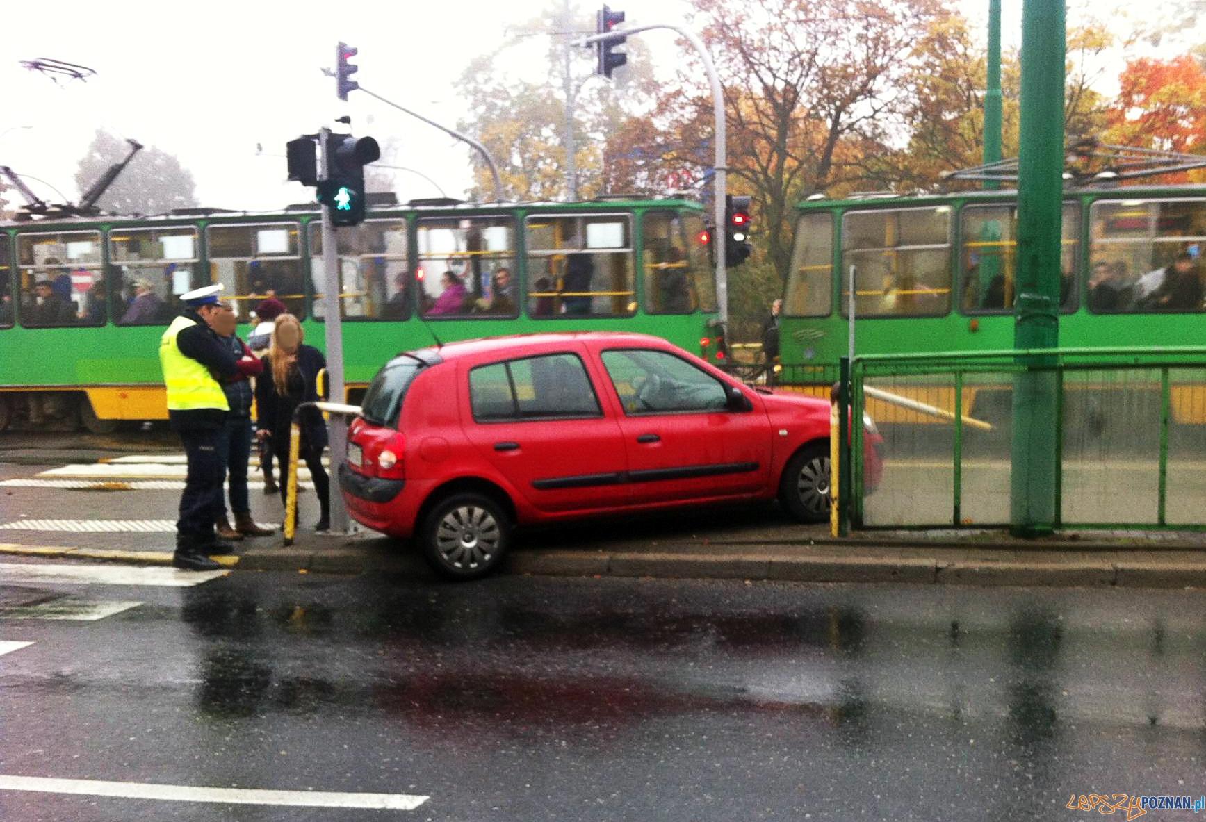 Samochód wpadł na przystanek  Foto:  Pomoc Drogowa EuroHol Poznań 503-604-400