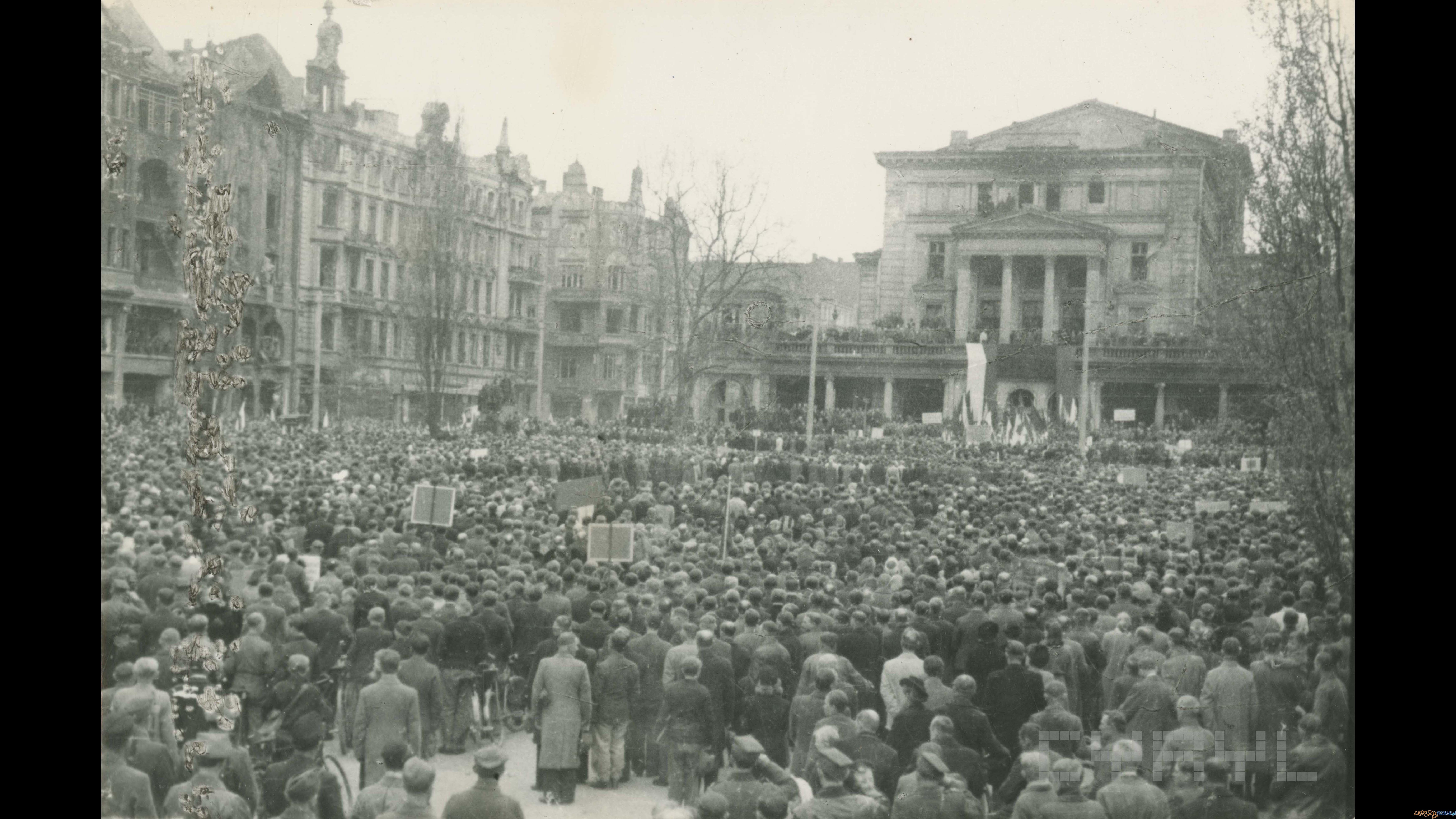 Manifestacja pierwszomajowa na pl. Wolności     01.05.1945  Foto: