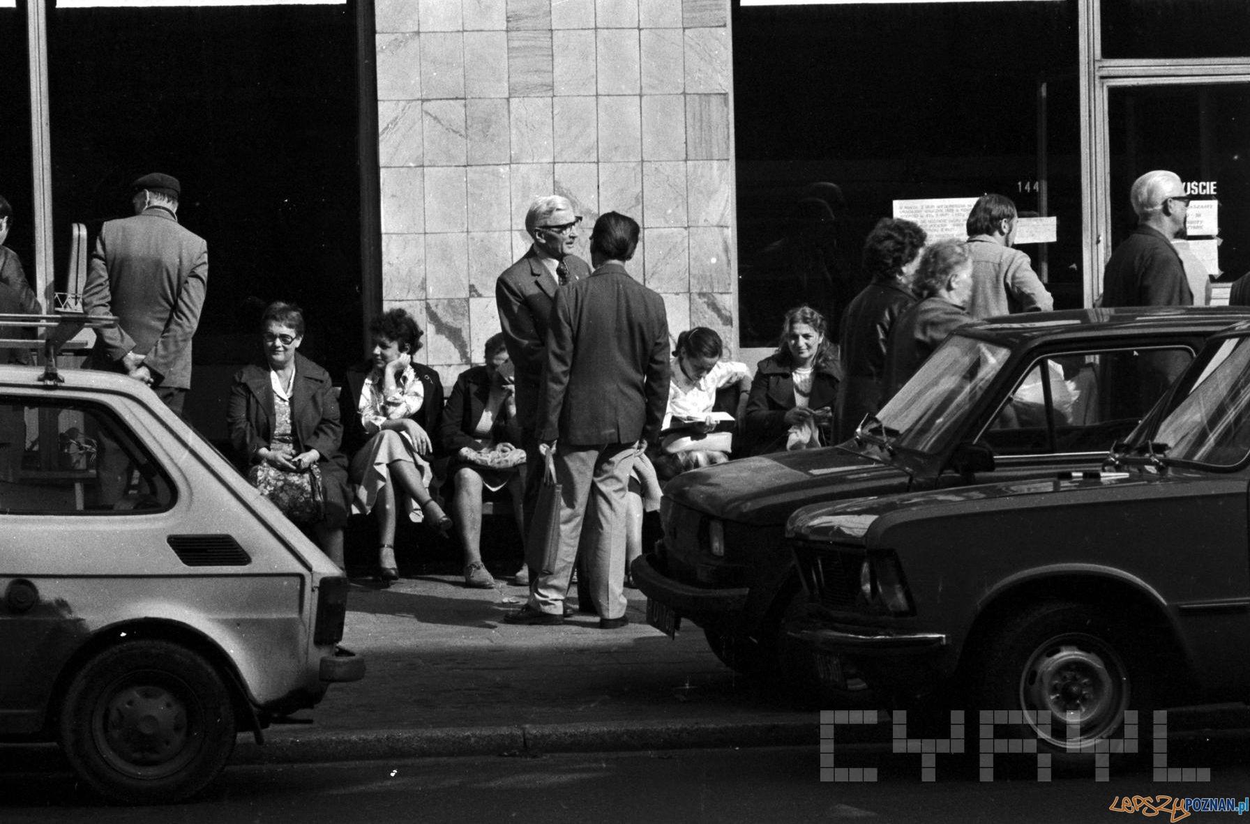 Klienci oczekujący na otwarcie sklepu - 1981  Foto: Stanisław Wiktor / Cyryl