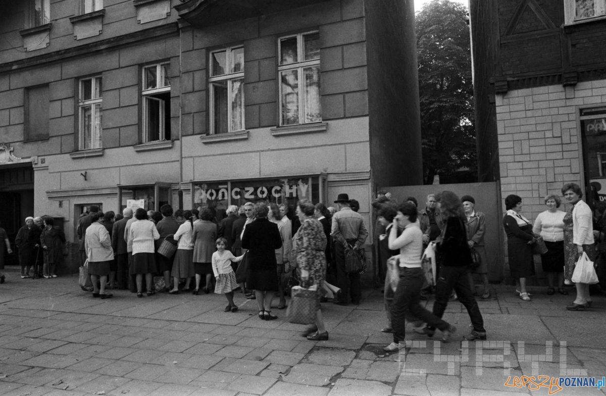 Kolejka przed sklepem z pończochami 1981 St. Wiktor  Foto: