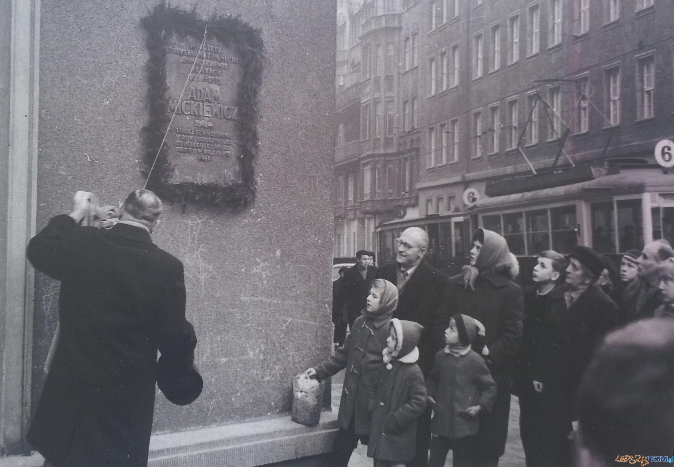 Odsłonięcie tablicy przy Alejach Marcinkowskiego, w miejscu w którym mieścił się hotel, w którym mieszkał Adam Mickiewicz  Foto: Wydawnictwo Miejskie
