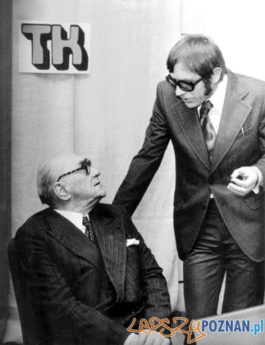 Wręczenie nagrody im. Stanisława Piętaka. Od lewej: Jarosław Iwaszkiewicz, Marian Grześczak. Warszawa, 1975 r.  Foto: grzesczak.pl