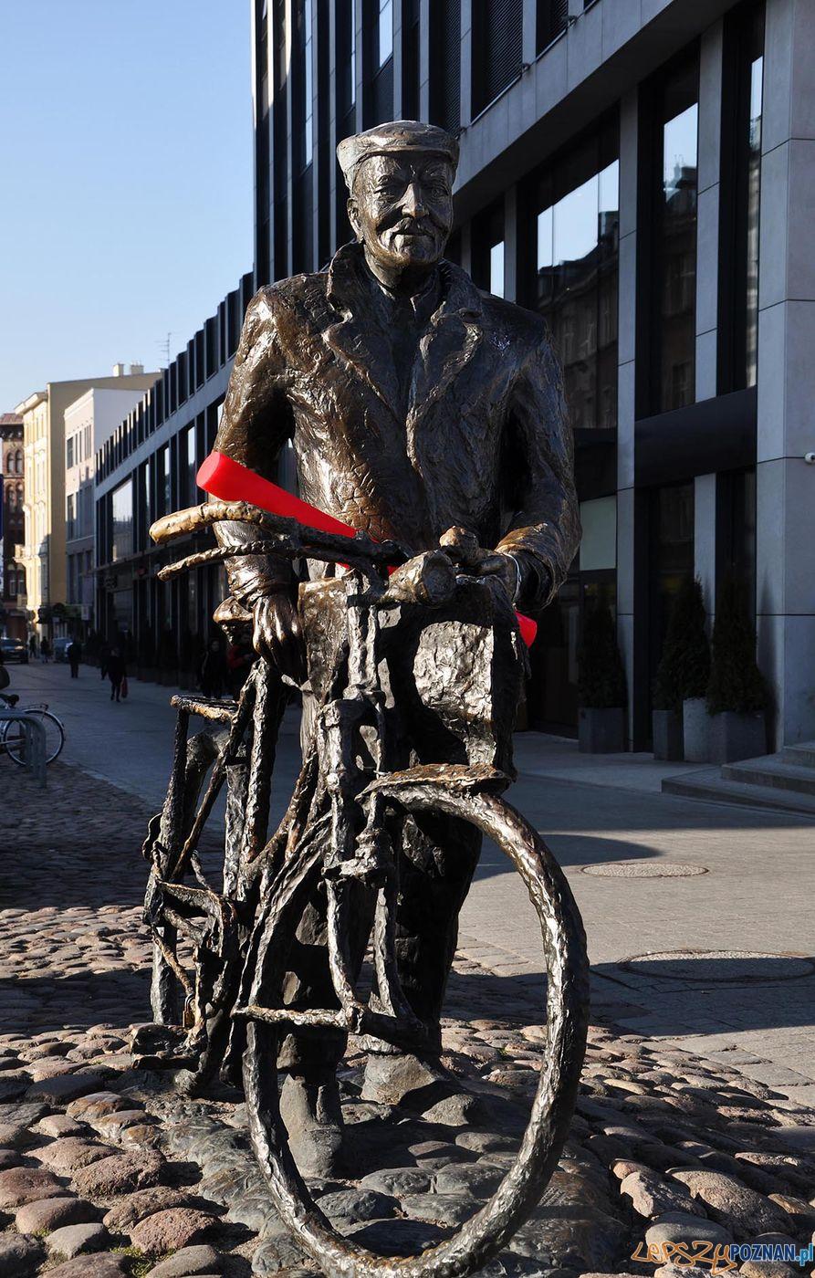 Stary Marych z czerwoną pałeczką zachęca do charytatywnego biegania  Foto: materiały prasowe