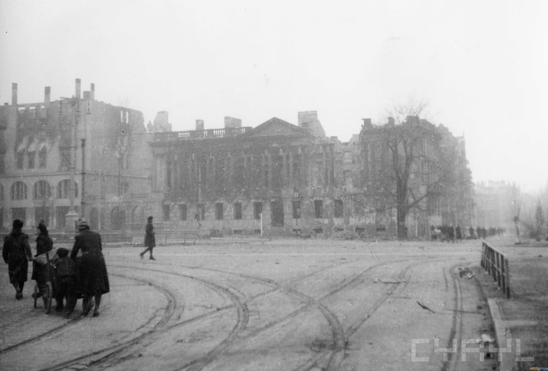 Zniszczona Biblioteka Raczyńskich 1945 r.  Foto: Zbigniew Zielonacki / Cyryl