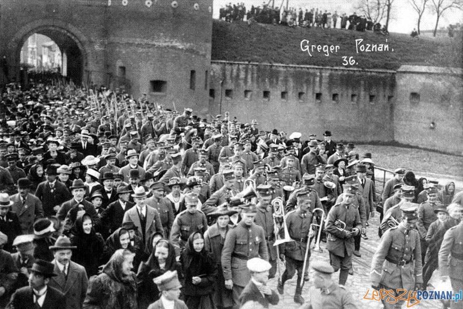 Brama Warszawska na Śródce - mieszkańcy Poznania w przemarszu nad Maltę 3.05.1919  Foto: UMP