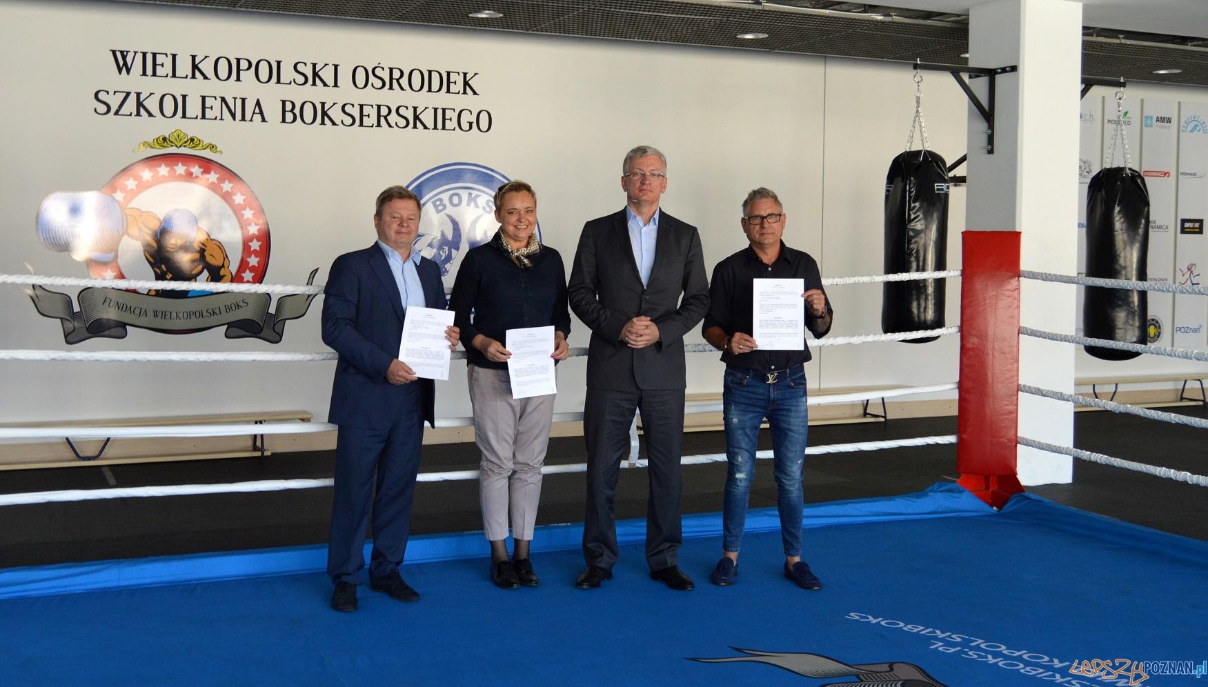 Podpisanie umowy z Fundacją więcej pieniędzy dla młodych bokserów z Wielkopolski  Foto: UMP