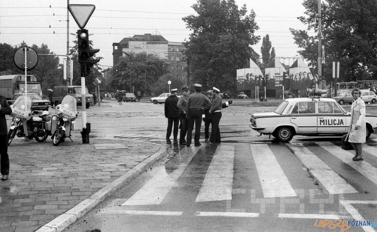 Milicjanci na skrzyżowaniu ul. Czerwonej Armii i Al. Stalingradzkiej 19.06.1981- obok trwał montaz pomnika Poznańskiego Czerwca  Foto: Jak Kołodziejski / Cyryl