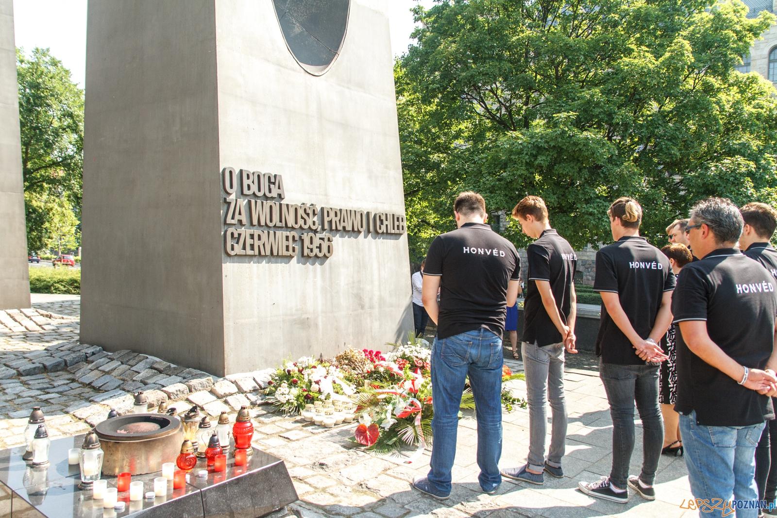 Waterpoliści składają kwiaty pod pomnikiem Czerwca 56 - Pozna  Foto: LepszyPOZNAN.pl / Paweł Rychter