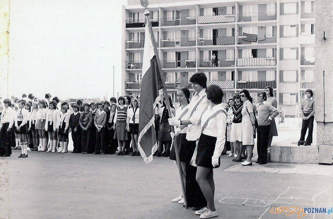 Rozpoczęcie roku szkolnego w Szkole Podstawowej nr 19 na Osiedlu Oświecenia - rok 1975  Foto: SP nr 19 / materiały informacyjne