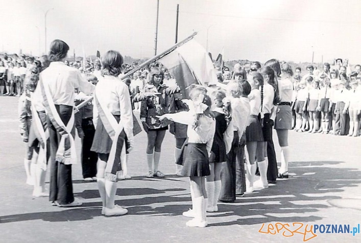 Rozpoczęcie roku szkolnego w Szkole Podstawowej nr 19 na Osiedlu Oświecenia - rok 1978  Foto: SP nr 19 / materiały informacyjne