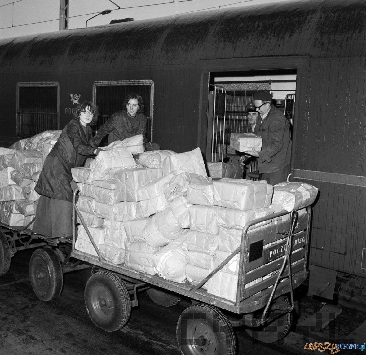 Dostraczanie przesyłek pocztowych na Dworcu Głównym 18.10.1974  Foto: Stanisław Wiktor / Cyryl