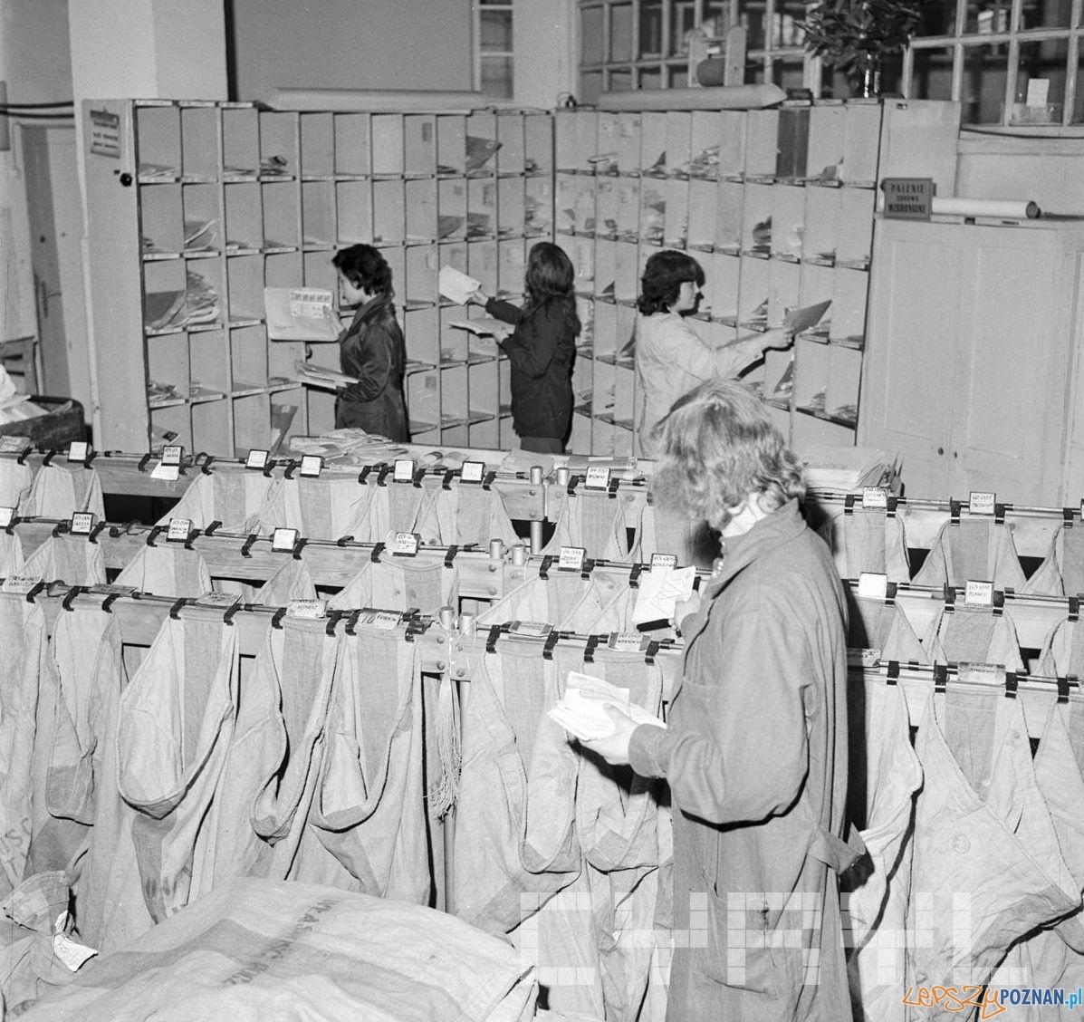Rozdzieleanie korespondencji na Poczcie Głównej przy ul. Głogowskiej - 18.10.1974  Foto: Stanisław Wiktor / Cyryl