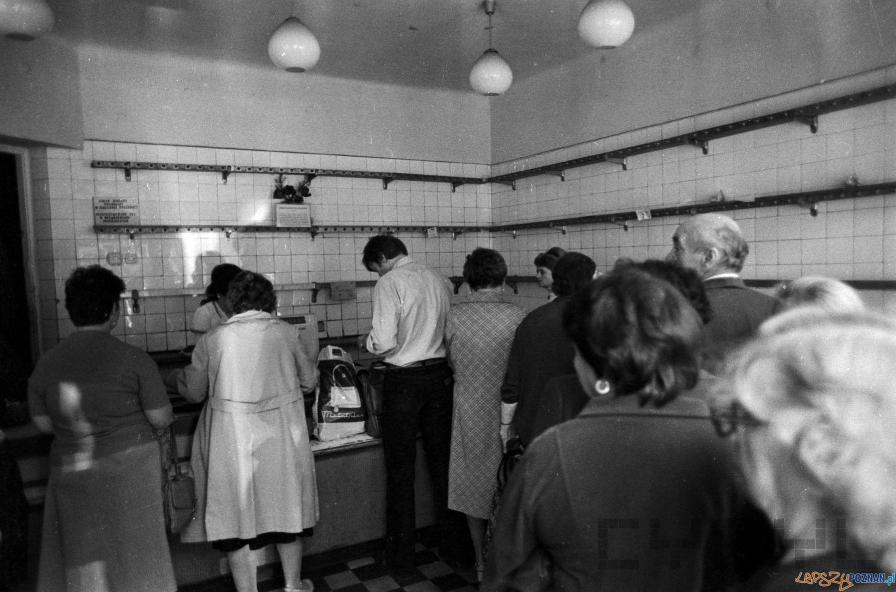 Puste półki w sklepie na Jeżycach - 1981  Foto: Stanisław Wiktor / Cyryl