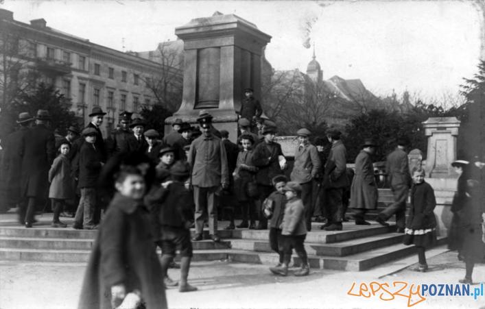 Poznaniacy pod zburzonym pomnikiem Fryderyka III  Foto: Miasto Poznań