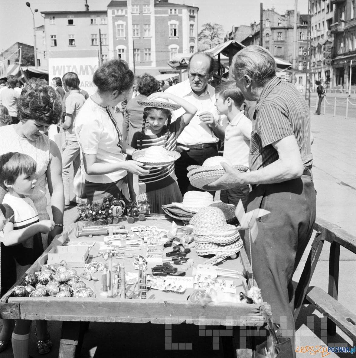 Rynek Jeżycki - kiermasz 30.06.1974  Foto: Stanisław Wiktor /Cyryl